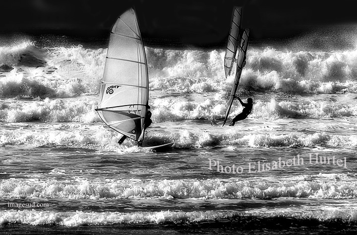 Voiles et vagues, paysage marin en noir et blanc