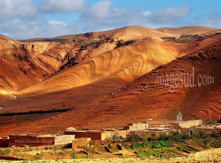 Village marocain dans un décor de montagnes désertiques, Sud Maroc