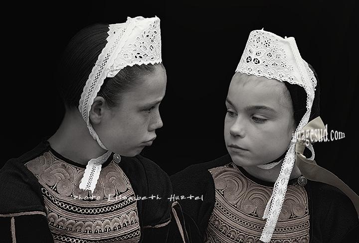 Petites filles en coiffe bretonne