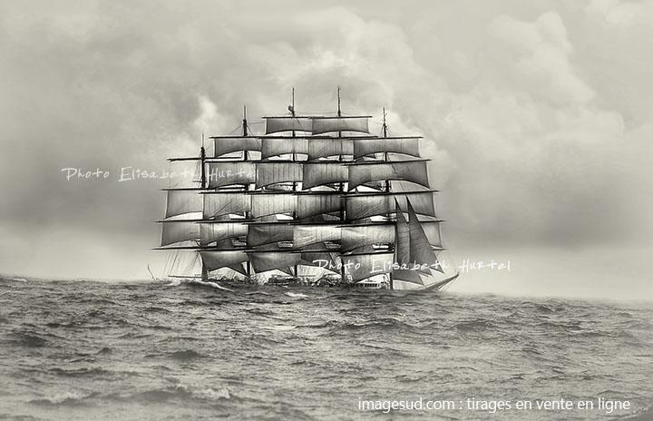 grand voilier dans la houle, paysage marin en noir et blanc