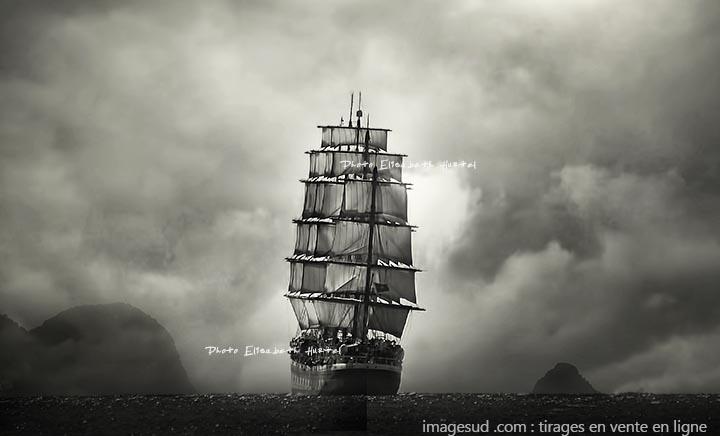 Grand voilier sous voiles, photo d'art en noir et blanc