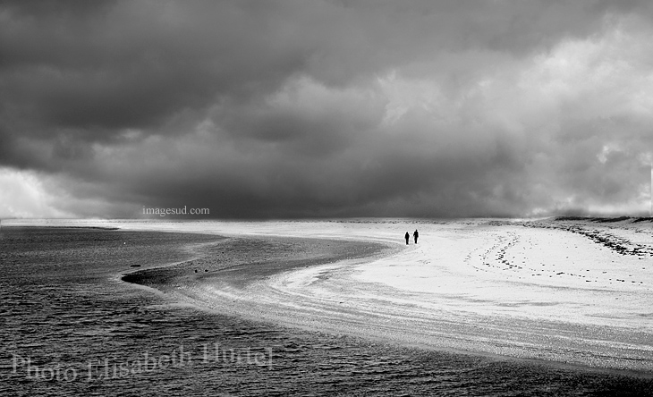 Promenade sur la plage avant l'orage
