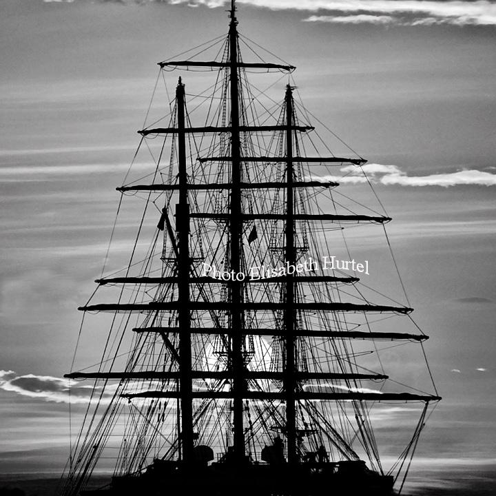 Silhouette de trois-mats, mer et bateaux
