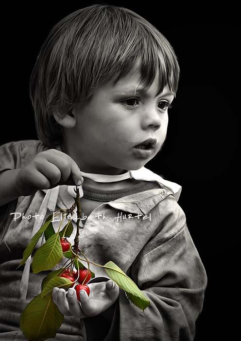 Portrait d'enfant avec cerises en noir et rouge