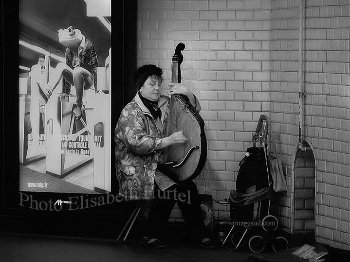 paris-noir-et-blanc-bw-musicien-metro-p9279335