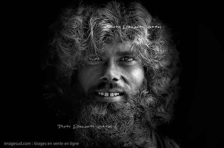 Portrait en noir et blanc d'un jeune saddhu en Inde