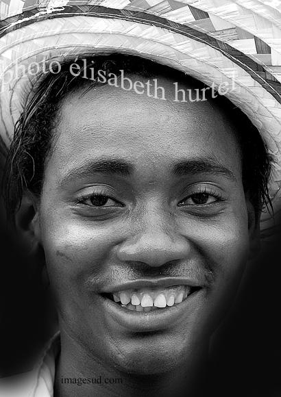 Sourire joyeux d'un jeune Antillais, photo noir et blanc