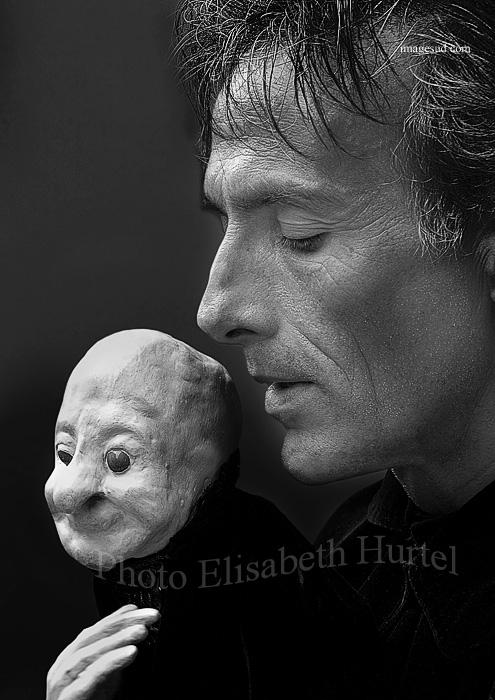 Portrait d'art en noir et blanc : arts de la rue, le marionnettiste