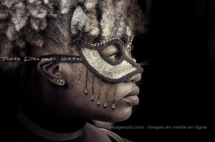 Portrait d'une jeune fille masquée à carnaval