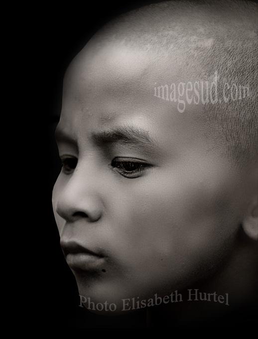 Portrait noir et blanc d'un jeune moine bouddhiste