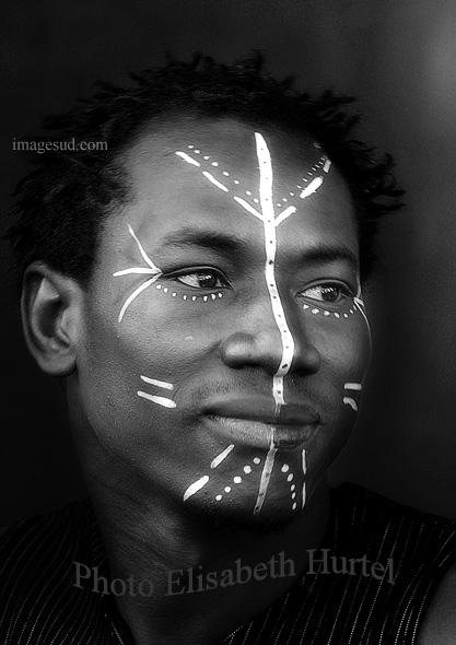 Visage d'un jeune africain avec peintures faciales, photo noir et blanc