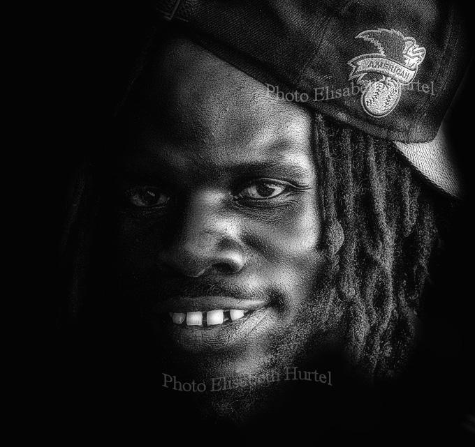Portrait noir et blanc : jeune garçon des Caraïbes