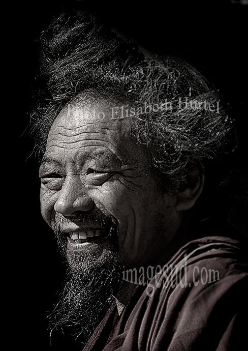 Portrait en noir et blanc d'un lama du Tibet