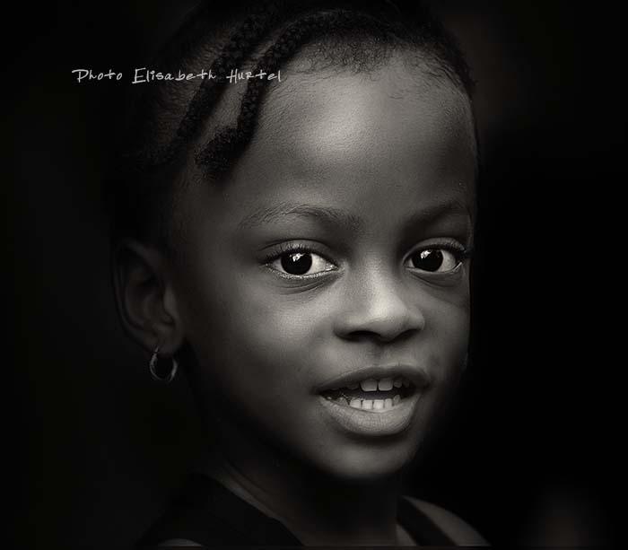 Portrait d'art de petite fille antillaise, noir et blanc