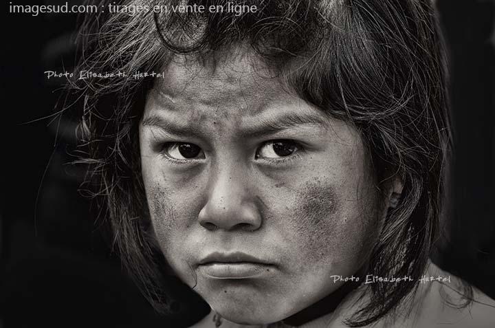 Portrait d'art en noir et blanc, jeune garçon de l'Himalaya