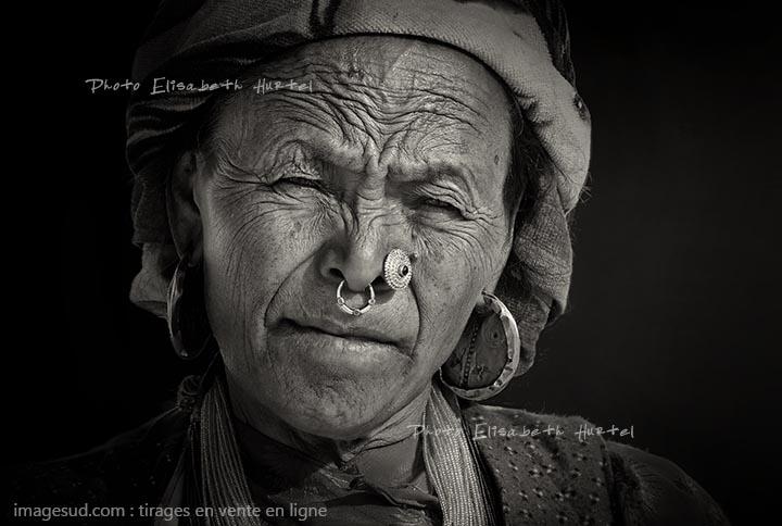 Portrait d'une femme de l'Himalaya, photo noir et blanc