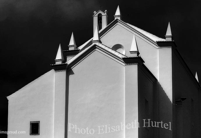 Eglise toute blanche au Portugal, photo d'art en noir et blanc