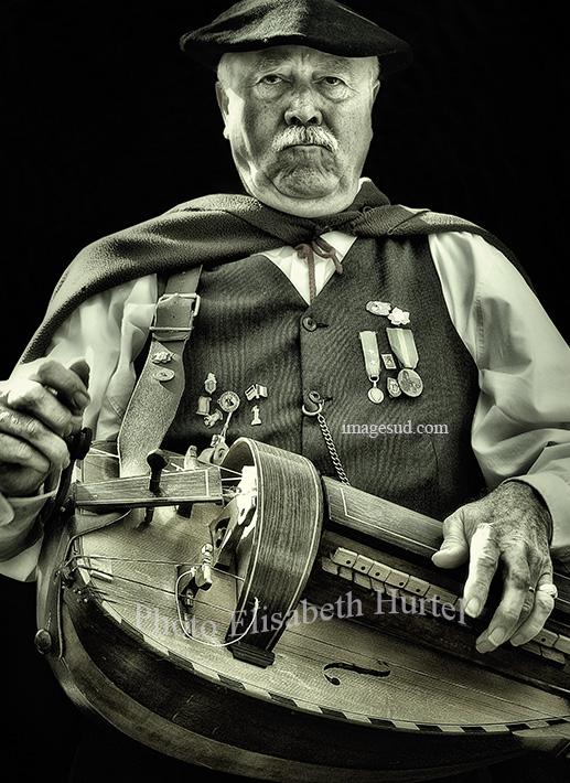 musique : le joueur de vielle, noir et blanc