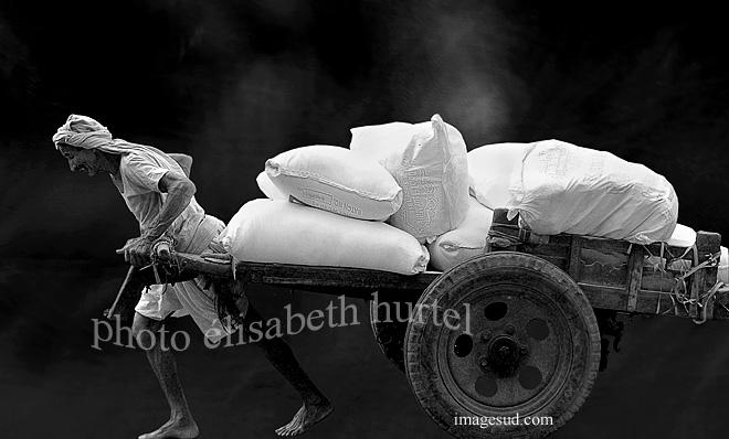 Photographie en noir et blanc : ambiance indienne, le travail, photo insolite