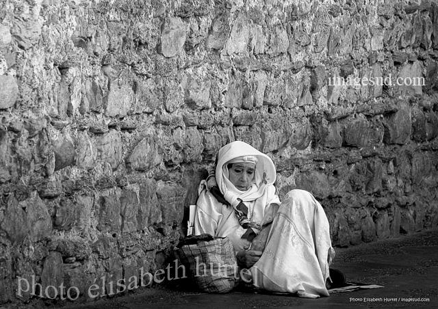 Mendiante, scène de rue, photo d'art en noir et blanc