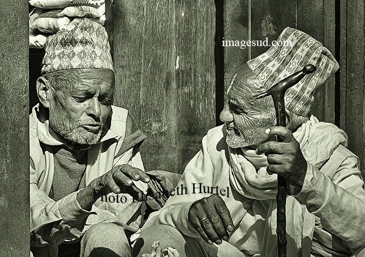 Scène de rue en noir et blanc, Népal
