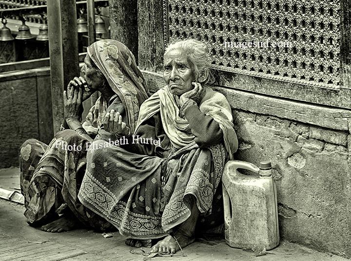 Scène de rue à Katmandou, photo noir et blanc