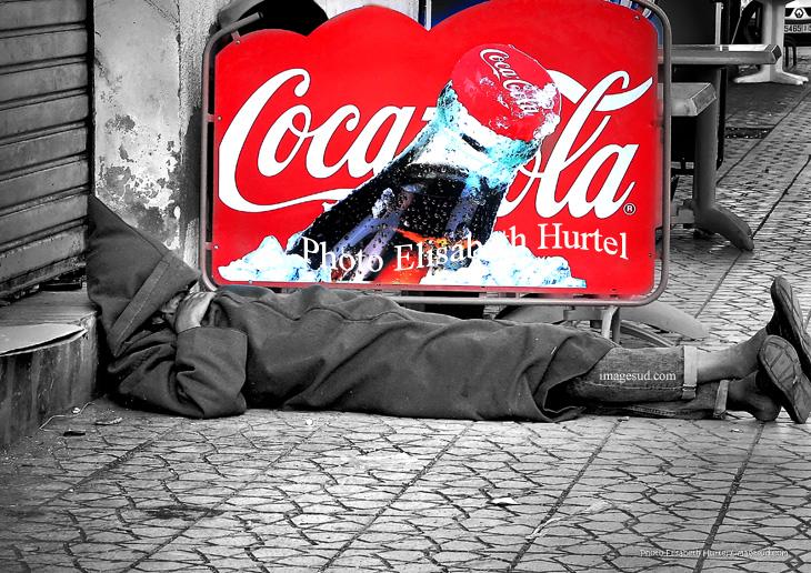 Photo insolite en noir et blanc et rouge: les multinationales et l'homme de la rue