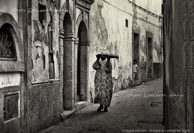Une rue de medina au Maroc, photo originale artistique en noir et blanc