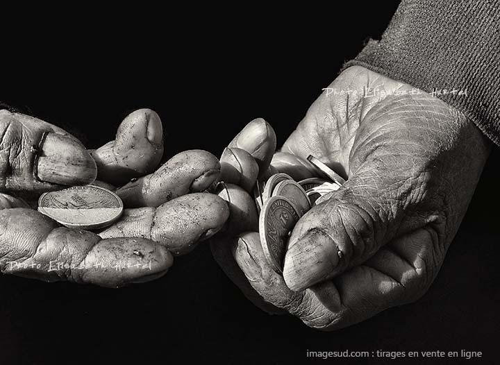 Photo noir et blanc de marché indigène des Andes