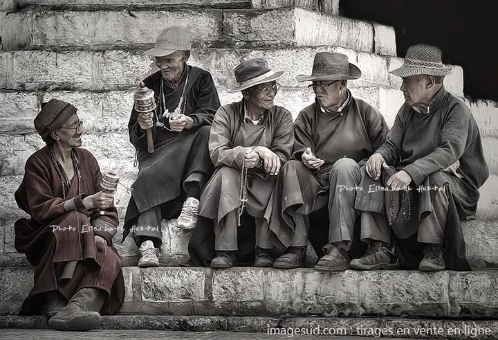 Bavardage entre amis, Ladakh, scène de rue en Himalaya, photo originale en noir et blanc en vente en ligne