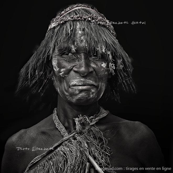 Portrait en noir et blanc d'un indigène de Melanésie. Photographie d'art