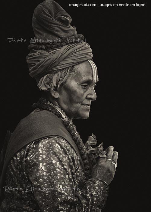 Prêtre femme en prière, Inde