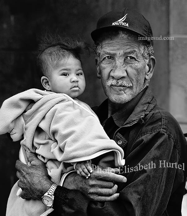 Un grand-père heureux, portrait noir et blanc