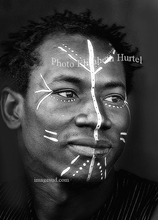Portrait en noir et blanc d'un jeune africain
