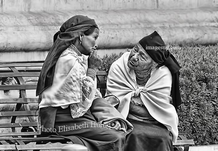 Petite conversation entre amies, scène de rue dans les Andes