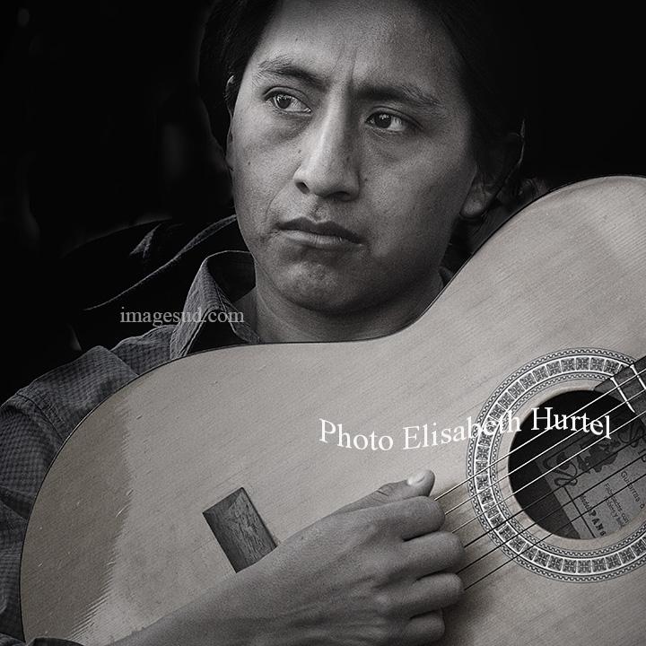 Guitariste des Andes, photo musique en noir et blanc