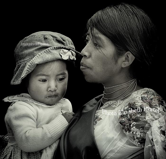 Mère et enfant, portrait en noir et blanc