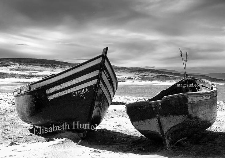 Paysage de mer : barques sur la plage, photographie en noir et blanc