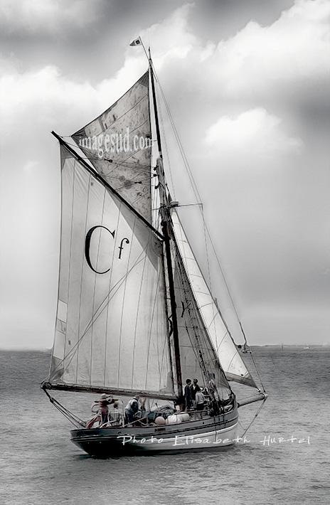Mer et bateaux en noir et blanc, cotre aurique