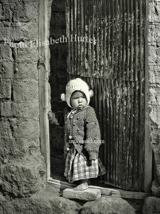 L'enfant à sa porte, Bolivie, photo noir et blanc