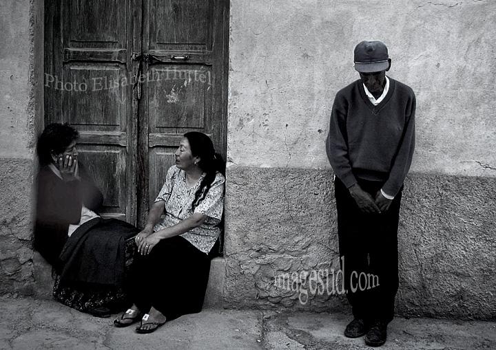 Puni ! Scène de rue en Bolivie, photo noir et blanc