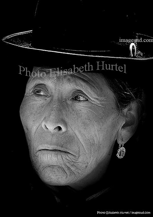 Bolivie, portrait noir et blanc de femme des Andes