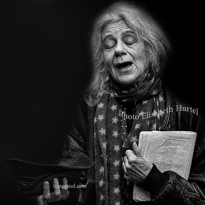 Ma liberté, chanteuse de rue, photographie d'art en noir et blanc