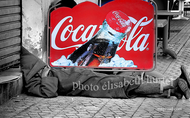 Coca Cola, pub, multinationales, photo insolite en noir, blanc et rouge