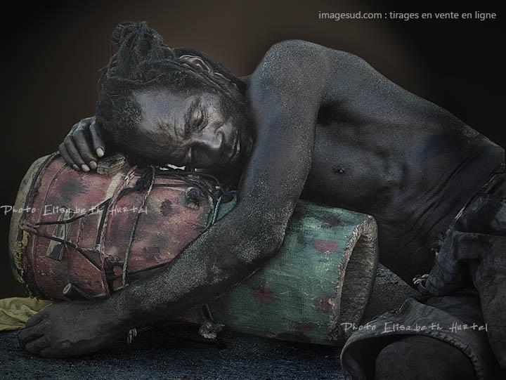 Le joueur de djumbé endormi, photo noir et blanc insolite
