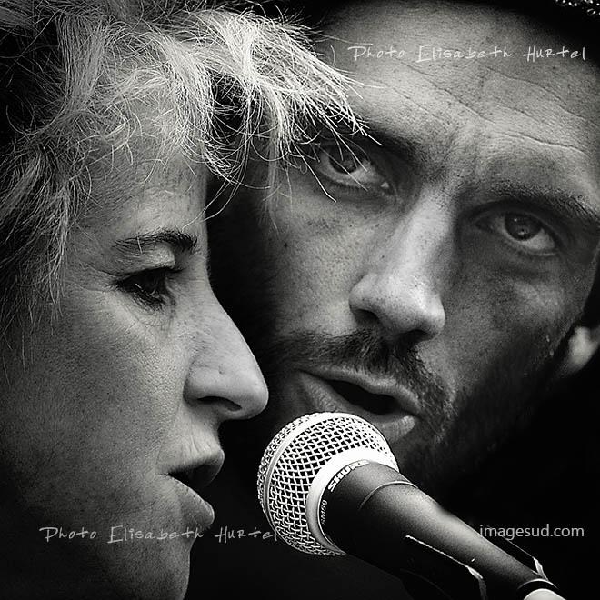 Duo de chanteurs, Musique en noir et blanc