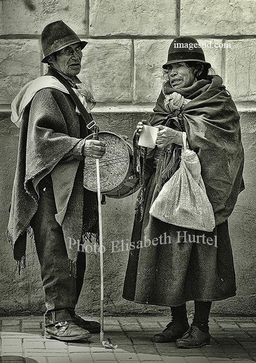 Photographie noir et blanc : l'aveugle et sa femme
