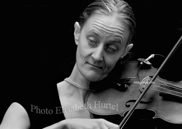 Une violoniste, photo d'art en noir et blanc