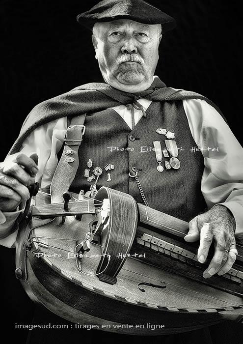 Le joueur de vielle, photographie en noir et blanc