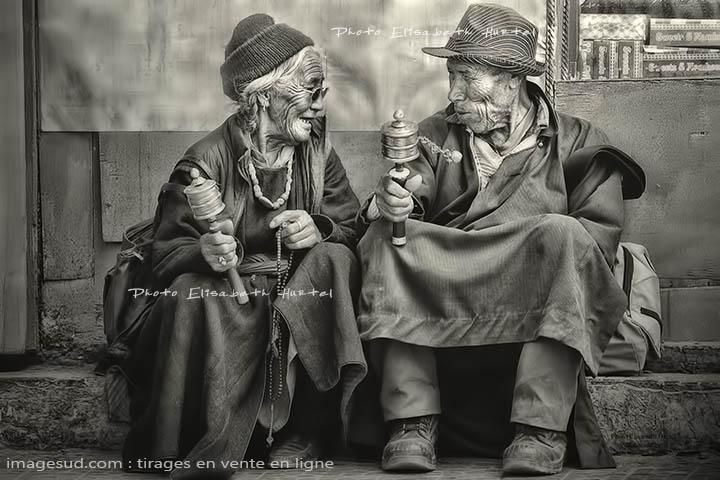Noir et blanc : petite conversation, scène de rue